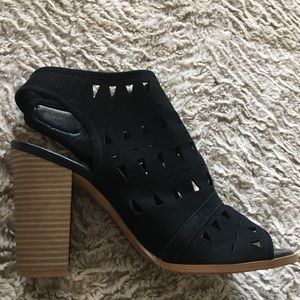 Peep toe cutout heel